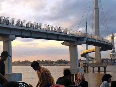Seperti Luar Negeri, Jambi Punya Jembatan Pedestrian Keren!