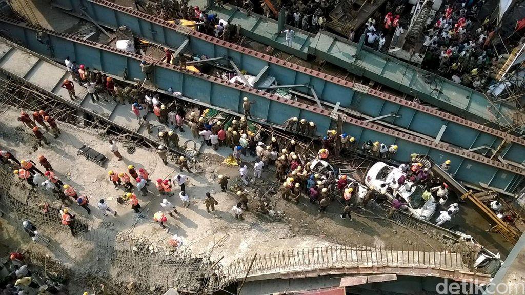 Jalan Layang di India Ambruk
