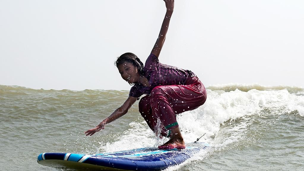 Cerita Gadis Kecil Bangladesh yang Belajar Mandiri Lewat Berselancar
