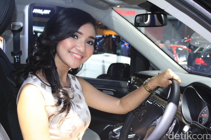 Senyuman Geby, Gadis Pemanis di Booth Mercedes-Benz