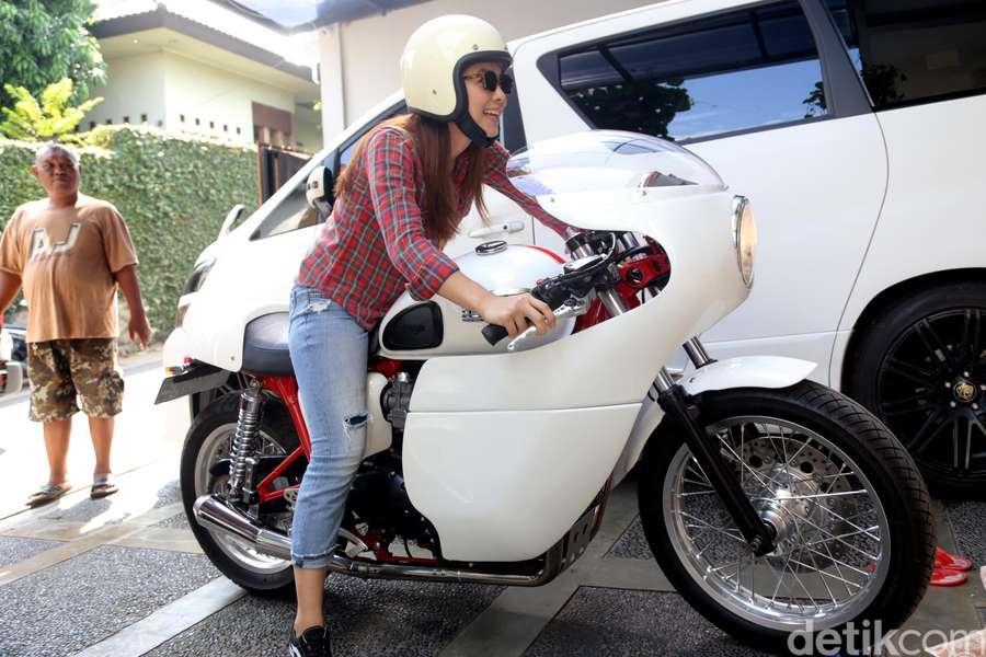 Bukan Cuma Jokowi, Artis Cantik ini Juga Bikers