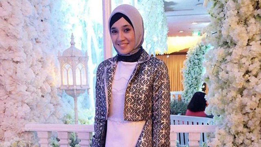 Hijab Style: Tampil Anggun dengan Maxi Dress Ala Dhini Aminarti