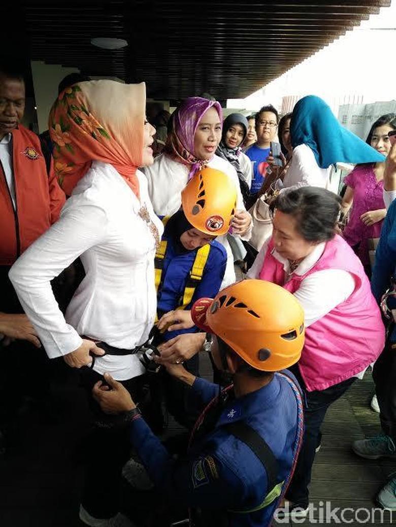 Aksi di Hari Kartini, Istri Ridwan Kamil Terjun Pakai Tali dari Lantai 4 Hotel