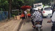 Mobil yang Jajakan Dagangan di Perbatasan Tangerang-Jakarta Bikin Lalin Tersendat
