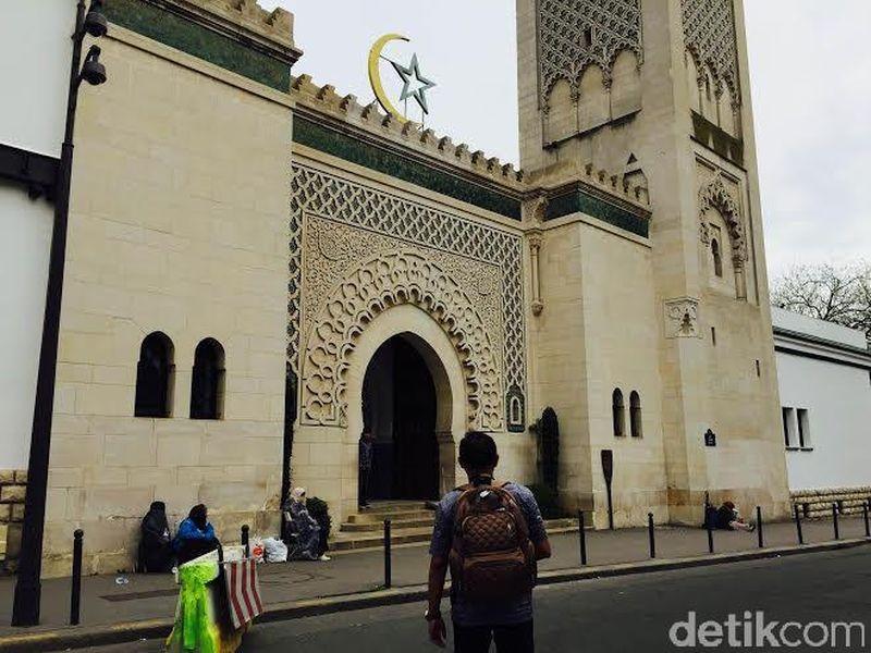 Terletak di jantung Prancis, yaitu Paris, terdapat masjid cantik bernama Great Mosque of Paris. Di sini, traveler bisa melihat nuansa islami dengan sentuhan Eropa. Lihat saja, nuansanya tenang nan klasik menjadi satu (Niken/detikTravel)