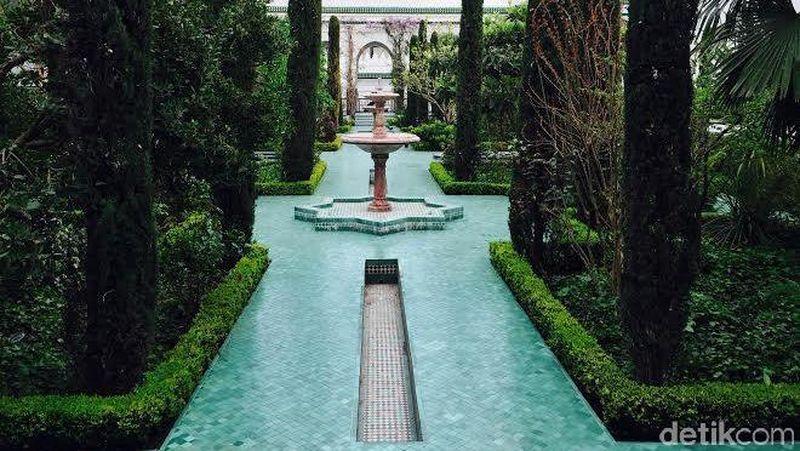 Bukan taman di istana atau kastil, ini adalah salah satu area di Masjid Raya Paris. Taman cantik ini membuat pemandangan terlihat begitu berbeda (Niken/detikTravel)