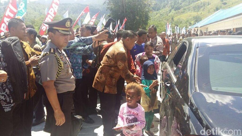 Senangnya Bocah Papua Ini Dapat Buku Tulis dari Jokowi