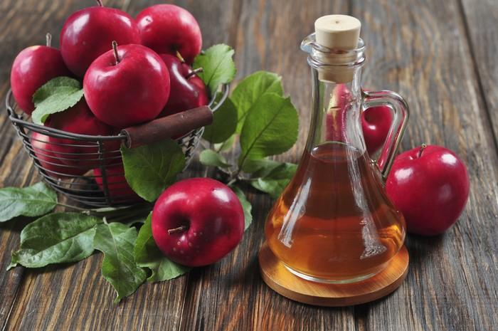Cuka apel memiliki tingkat keasaman yang bisa mengubah pH kulit kepala, yang membuat jamur sulit berkembang biak. Campur cuka apel dengan air dan semprotkan ke kepala, dan diamkan selama 15 menit lalu bilas. Lakukan ini dua kali seminggu dan rambut akan terbebas dari ketombe. Foto: thinkstock