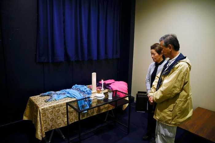 Sousou merupakan satu dari banyak bisnis hotel jenazah yang ada di Jepang. Fungsinya adalah sebagai penyimpanan jenazah sementara sampai keluarga mendapatkan krematorium untuk melakukan upacara kremasi.Tampak pada foto, seorang warga Jepang sedang melayat di hotel jenazah. (Foto: Thomas Peter/Reuters)