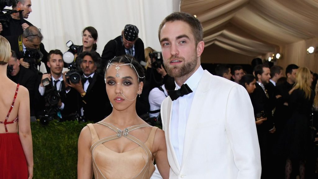 Pasca Kabar Hoax Soal Homoseksual, Robert Pattinson Mesra dengan FKA Twigs