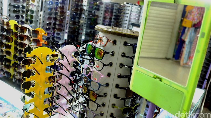 Penggunaan kacamata tak bisa dihindarkan bagi pasien rabun jauh maupun rabun dekat. Amankah membeli kacamata siap pakai? Foto: Dikhy Sasra
