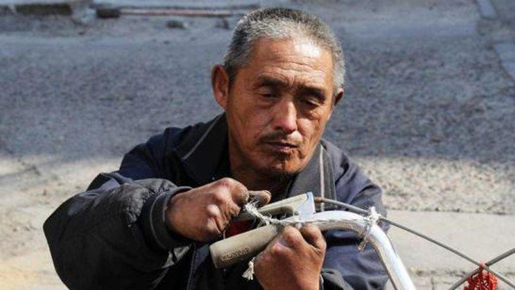 Inspiratif! Jin Jadi Tukang Reparasi Sepeda Meski Tak Punya Kaki dan 9 Jari