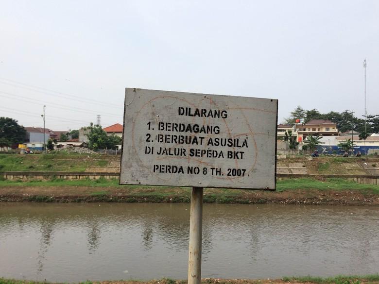 Melihat Kondisi Jalur Sepeda dan Pejalan Kaki di KBT Jaktim, Banyak PKL