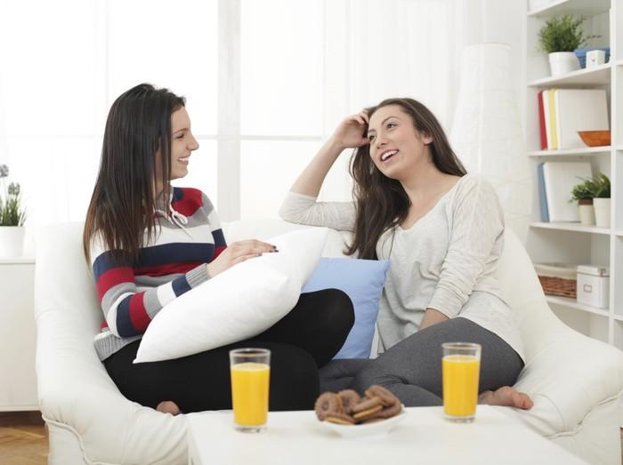Bercerita kepada sahabat dapat meringankan beban mental dari konflik. (Foto: thinkstock)