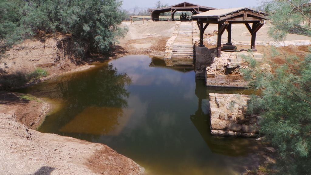 Air Suci dan Tempat Pembaptisan Yesus di Sisi Sungai Yordania