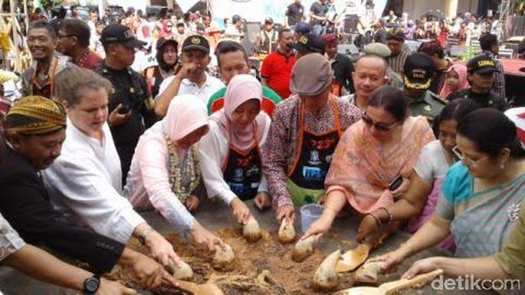 1500 Warga Surabaya Tumplek-blek Nguleg Rujak Bareng Walikota Risma