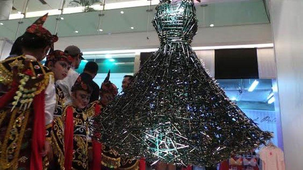 Dress Setinggi 1,5 Meter Terbentuk dari Ribuan Pensil