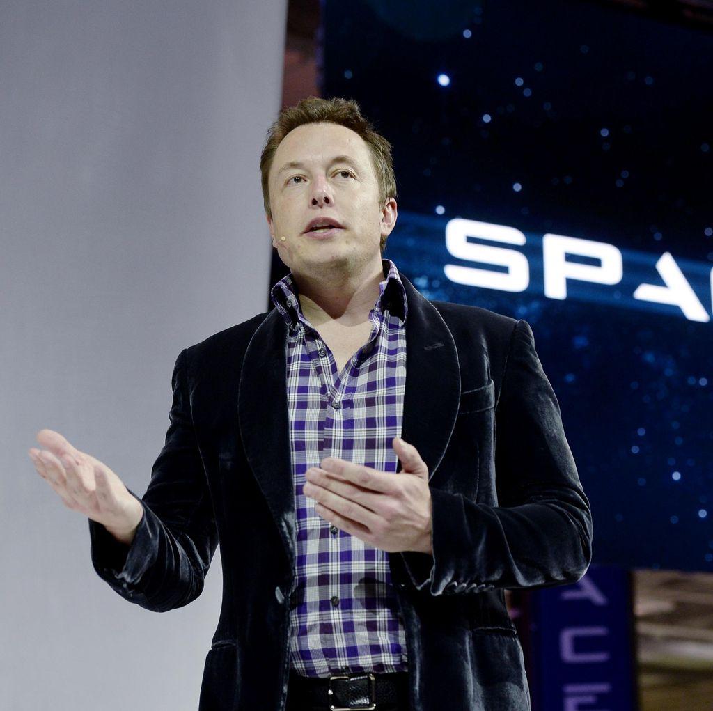 Totalitas Elon Musk, Tak Punya Meja dan Menginap di Pabrik