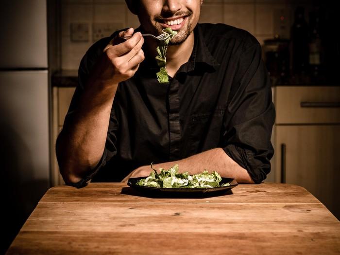 Kadang makan sambil beraktivitas membuat orang lupa porsi makanan yang dikonsumsi. (Foto: thinkstock)