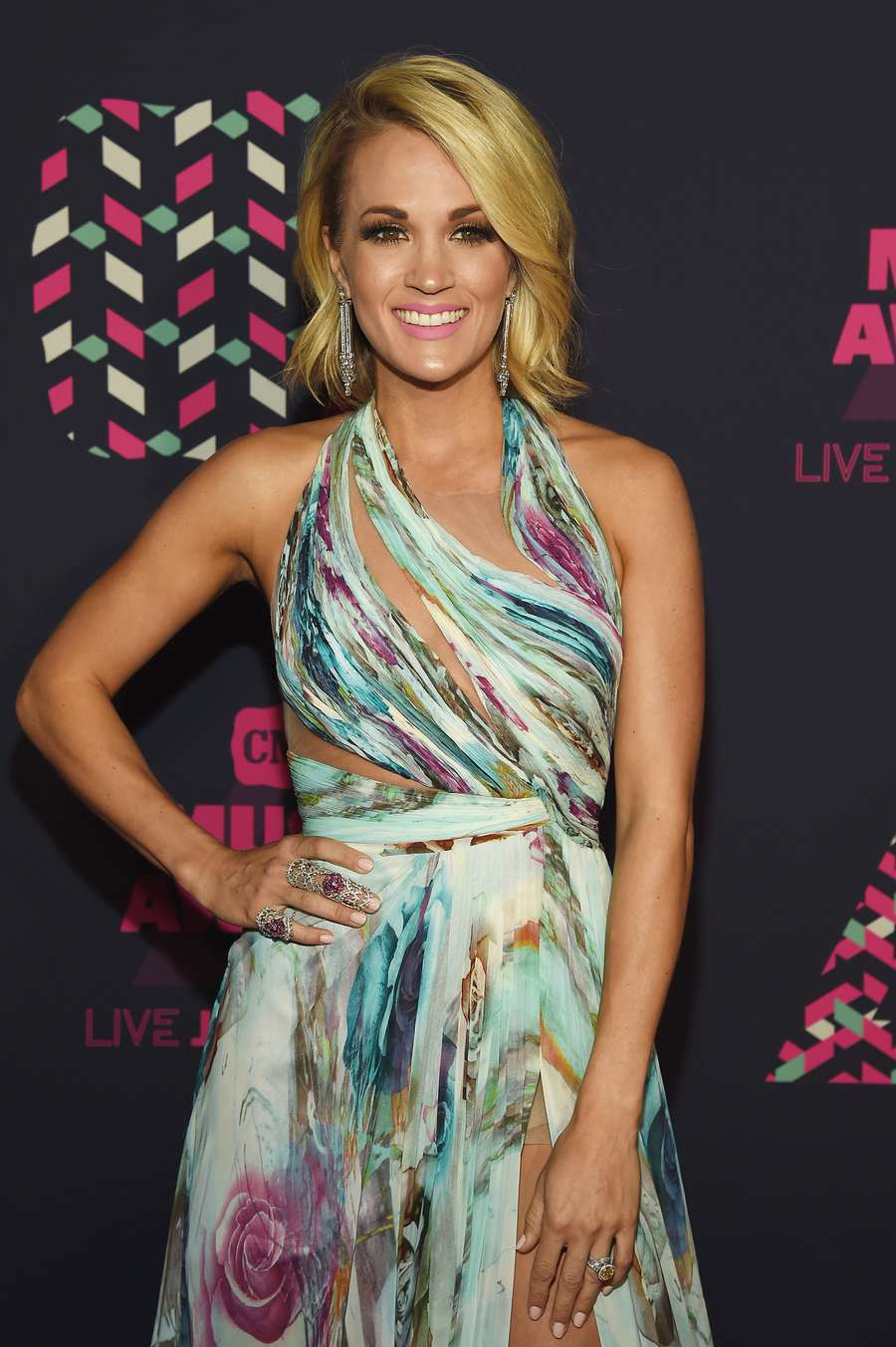 3 Busana Carrie Underwood di CMT Music Awards, Mana Paling Menawan?