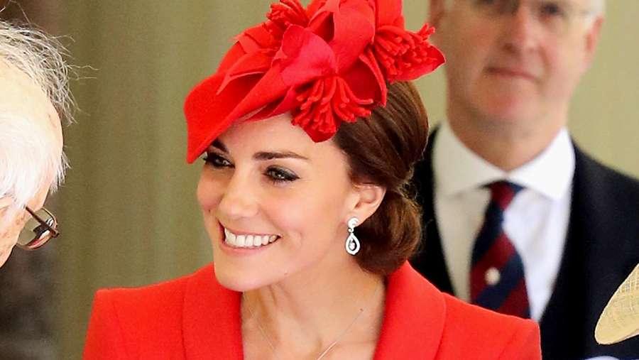 Stunning! Kate Middleton Menawan Berbusana Merah Menyala