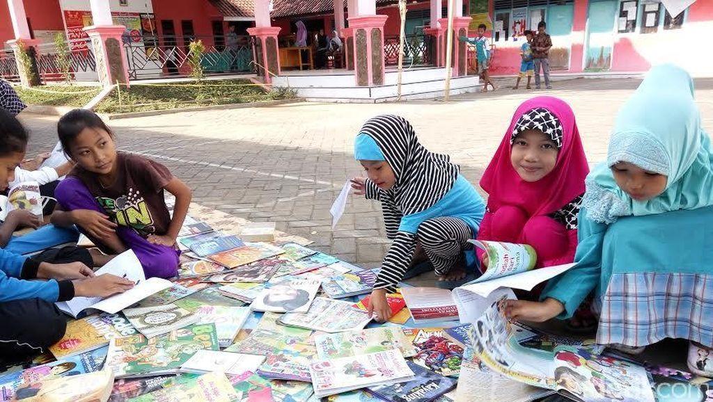 Kisah Anak di Banyuwangi Isi Liburan dengan Baca Buku di Perpusatakaan Keliling