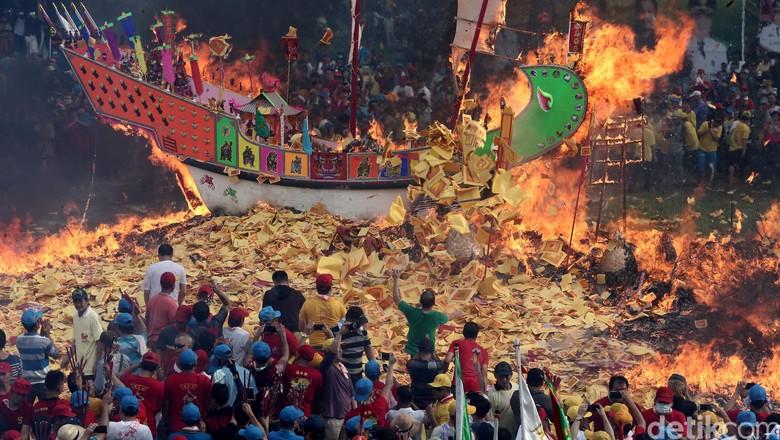 Ritual Bakar Tongkang yang heboh setiap tahunnya (Hasan/detikTravel)