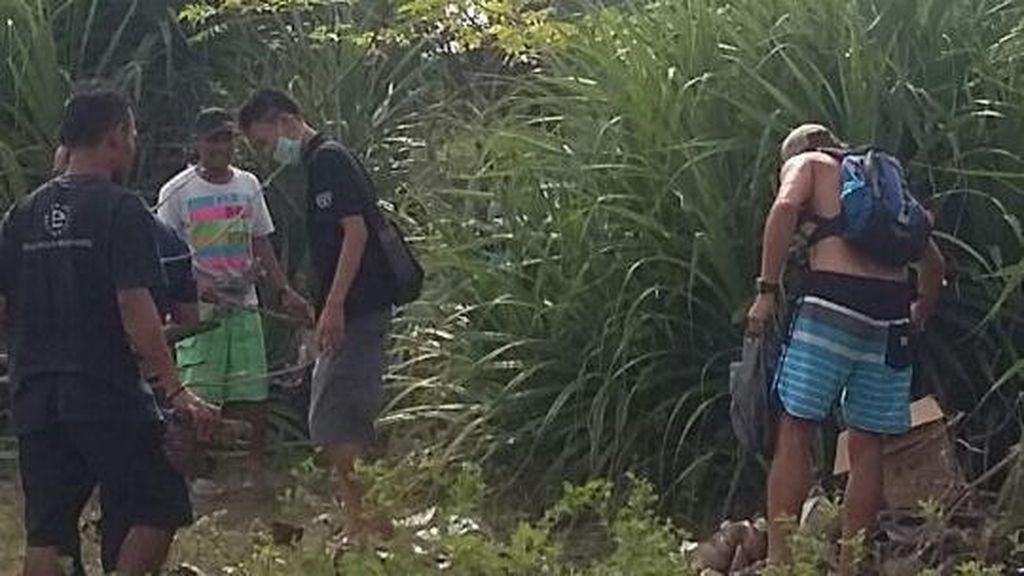Saat Turis Asing Ikut Aksi Bersih-bersih Sampah di Pantai Kuta Lombok