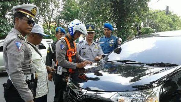 Tak Berbadan Hukum, 10 Taksi Berbasis Online Terjaring Razia Petugas Gabungan