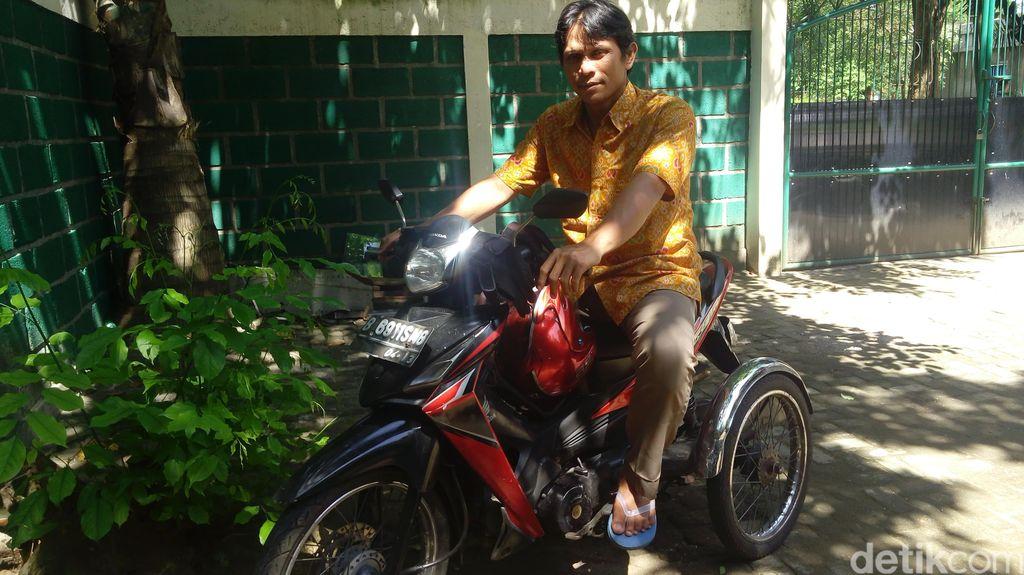 Meski Berkaki Satu, Firdaus Gesit Mengendarai Sepeda Motor