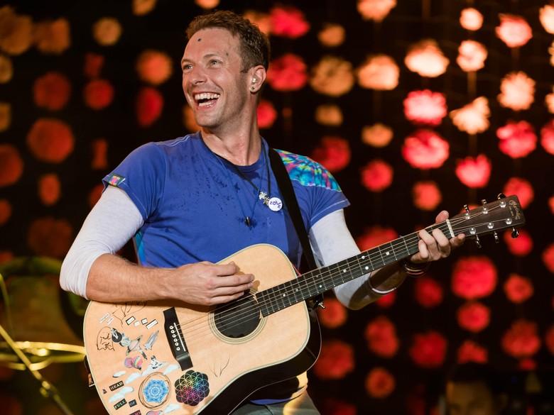 Heboh! Penonton Berkursi Roda Naik ke Panggung Coldplay