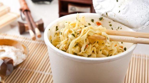Kebiasaan Makan Mi Instan yang Tidak Sehat Menurut Pakar