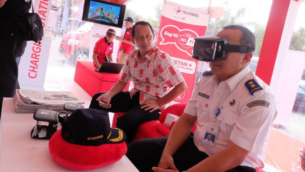Dipijat Sampai Cicipi Virtual Reality di Posko Mudik