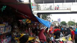 Toko Mainan di Pasar Gembrong Diserbu Pembeli, Omzet Pedagang Meningkat