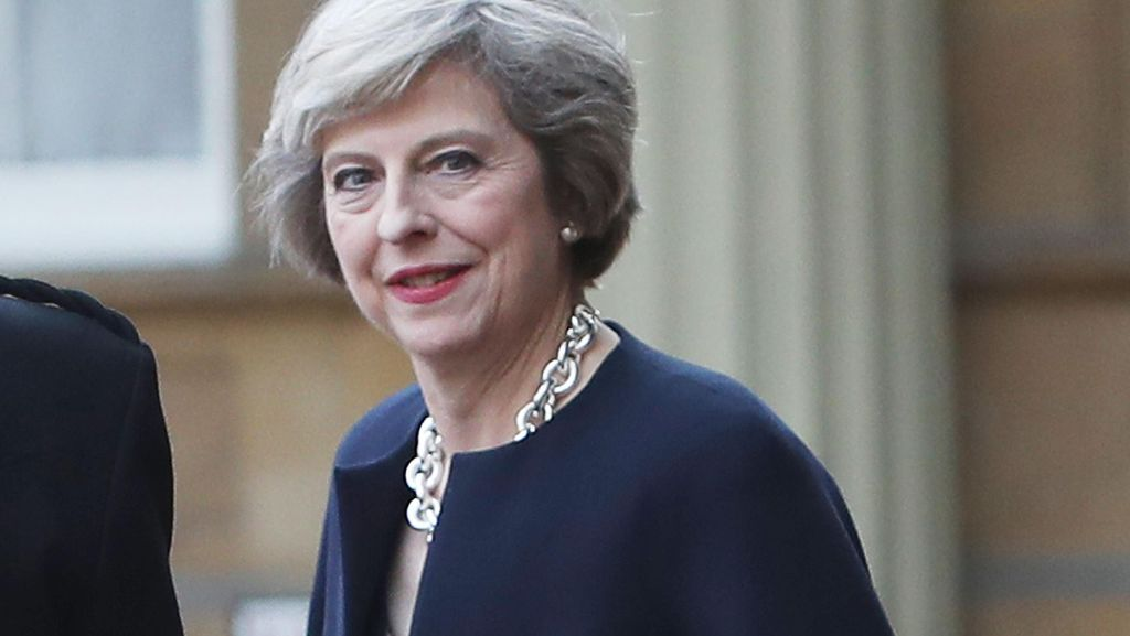 Foto: PM Inggris Theresa May Tampil Stylish di Hari Pertama Kerja