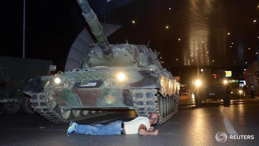 Angkat Tangan, Puluhan Tentara pro-Kudeta Menyerah di Jembatan Bosphorus