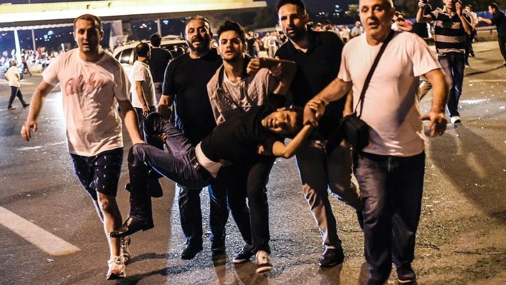 Tembakan Pihak Militer Turki Mengenai Orang yang Berkerumun di Istanbul