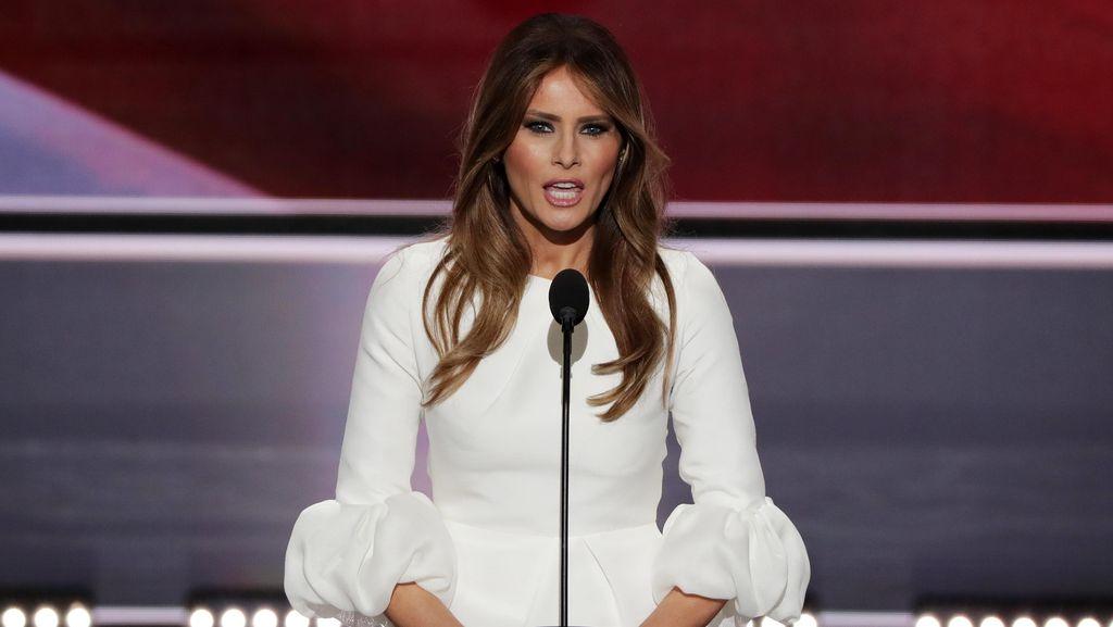 Pakai Gaun Putih Saat Pidato, Melania Trump Disebut Contek Caitlyn Jenner
