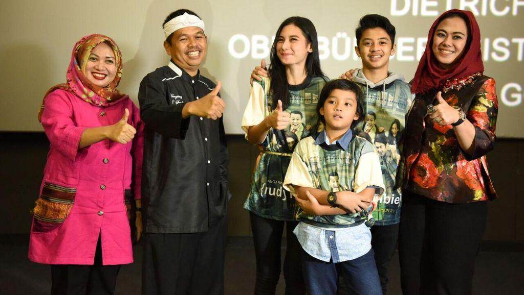 HUT Purwakarta, Bupati Dedi Traktir Bidan dan Guru Nonton Rudy Habibie