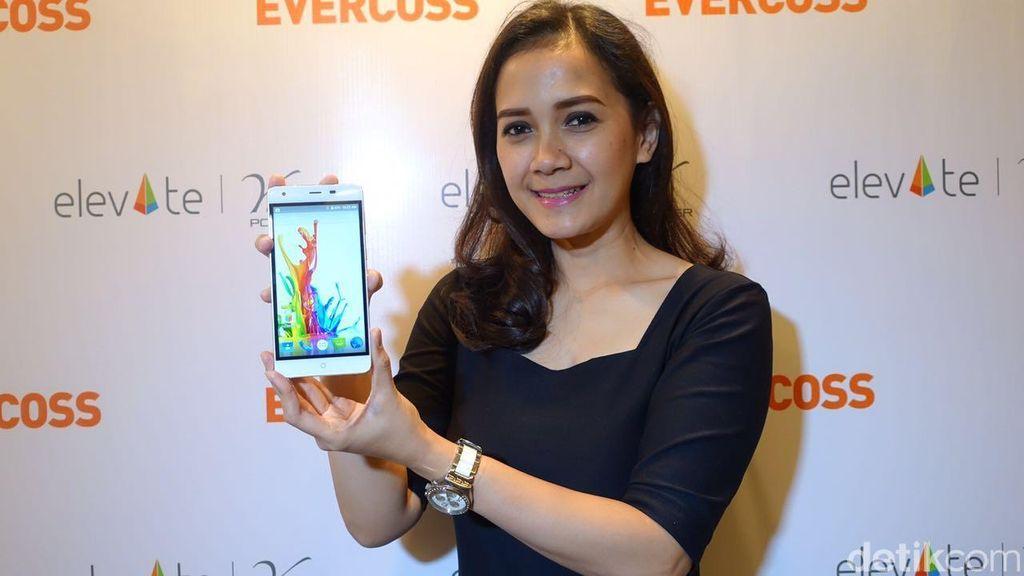 Adalah Elevate Y2 Power yang menawarkan baterai ponsel berkapasitas super besar dengan daya 6.200 mAh. Foto: detikINET/Adi Fida Rahman