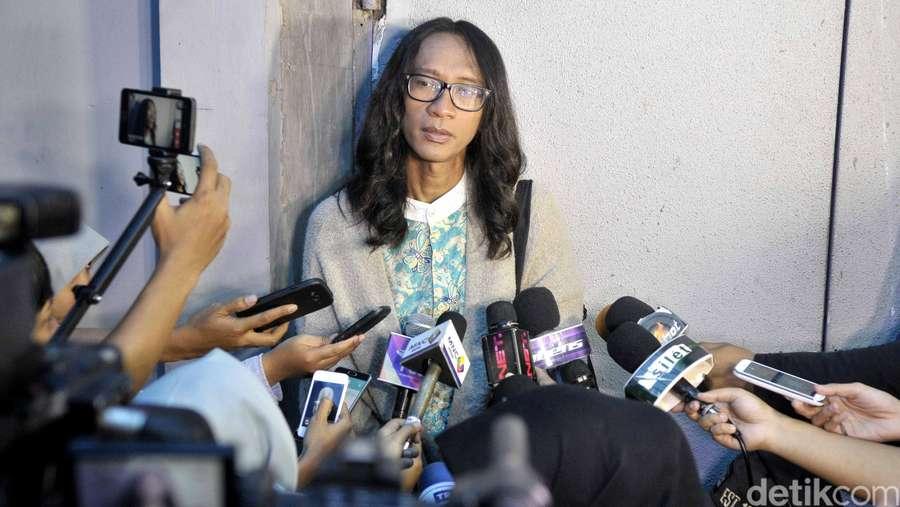 Aming Tampil Sendiri di Depan Media