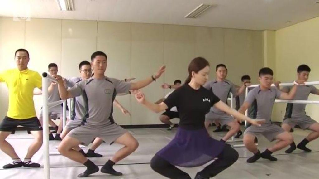 Lucunya Saat Tentara-tentara Korea Selatan Menari Balet untuk Redakan Stres