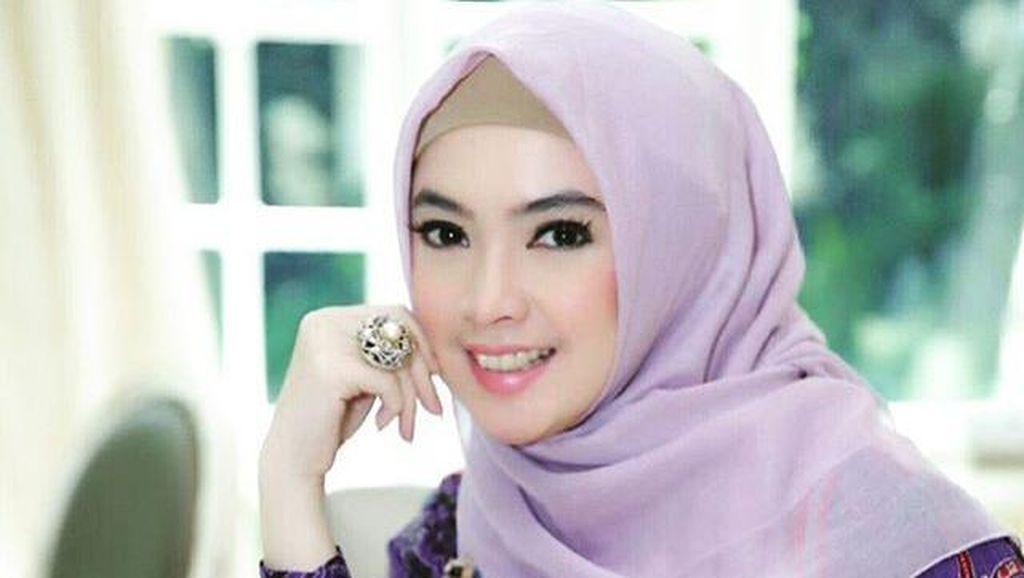 Foto: Padu Padan Elegan Berhijab dengan Batik Ala Ingrid Kansil