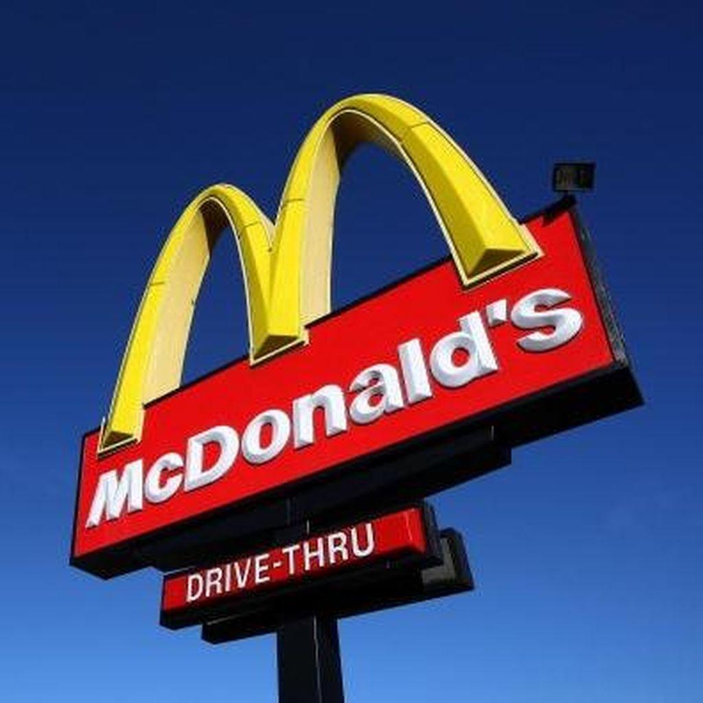 Tak Sabar Nunggu, Pria Ini Naik ke Meja Kasir McDonalds dan Buka Baju