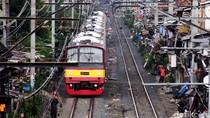 Pohon Tumbang Ganggu Perjalanan KRL di Stasiun Ancol dan Karet