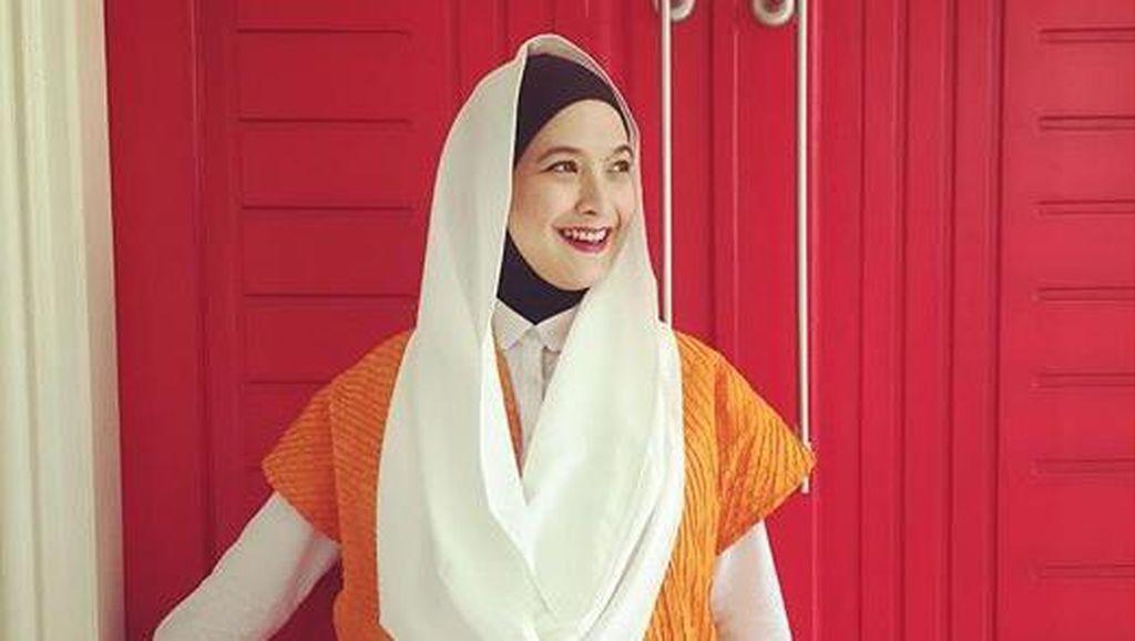 Foto: Gaya Hijab Stylish Andhara Early dengan Padu Padan Outerwear
