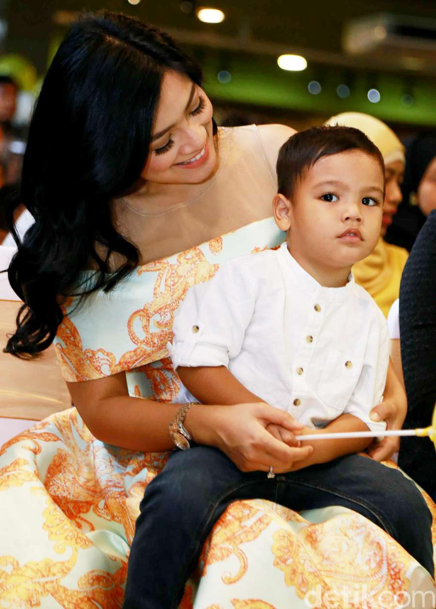 Kebersamaan Titi Kamal dan Putra Kesayangannya