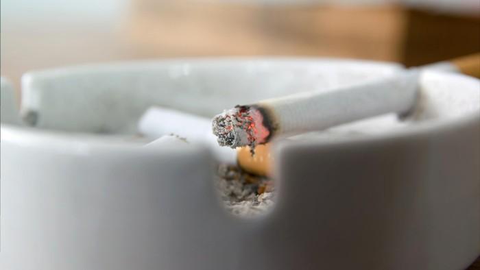 Kebiasaan merokok diketahui dapat membuat gigi kuning. Merokok juga memiliki efek buruk bagi kesehatan paru-paru dan jantung. (Foto: Thinkstock)