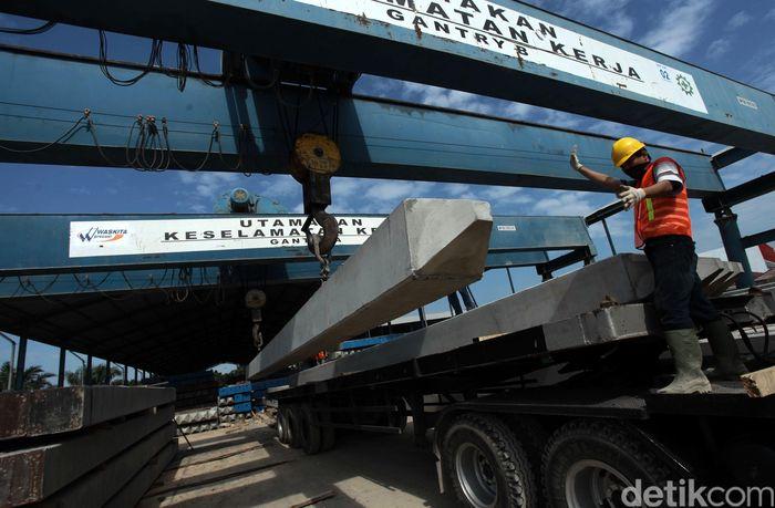 Alat berat menaikkan beton ke atas truk di PT Waskita Beton Precast Plant Palembang, Senin (8/8/2016).