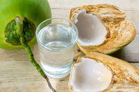 Air kelapa alami ternyata juga dapat membantu turunkan berat badan dan ringankan mabuk.
